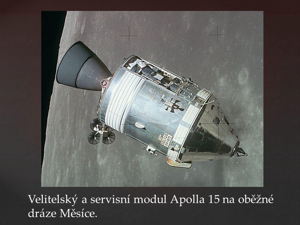 Velitelský a servisní modul Apolla 15 na oběžné dráze Měsíce.