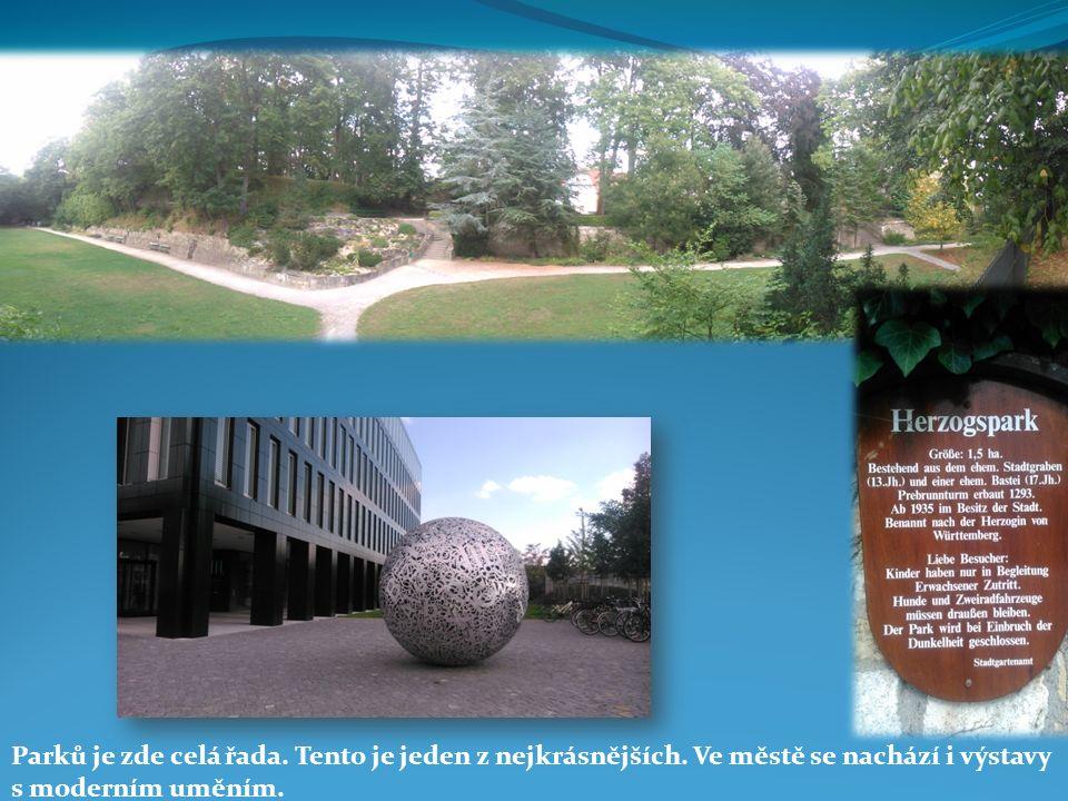 Parků je zde celá řada. Tento je jeden z nejkrásnějších. Ve městě se nachází i výstavy s moderním uměním.