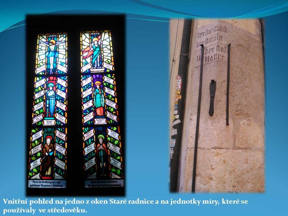 Vnitřní pohled na jedno z oken Staré radnice a na jednotky míry, které se používaly ve středověku.