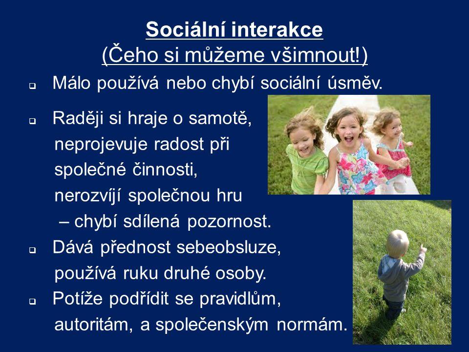 Sociální interakce (Čeho si můžeme všimnout!)  Málo používá nebo chybí sociální úsměv.  Raději si hraje o samotě, neprojevuje radost při společné či