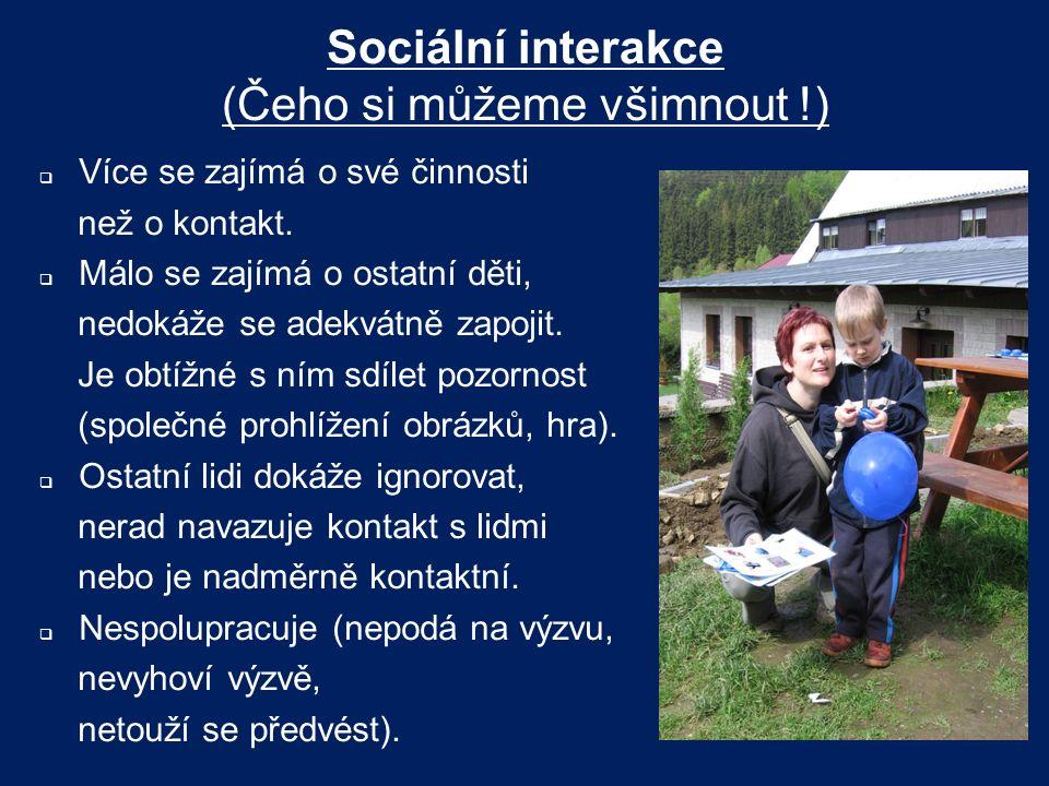 Sociální interakce (Čeho si můžeme všimnout !)  Více se zajímá o své činnosti než o kontakt.  Málo se zajímá o ostatní děti, nedokáže se adekvátně z