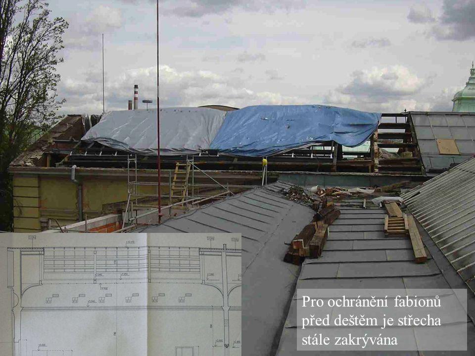 Pro ochránění fabionů před deštěm je střecha stále zakrývána