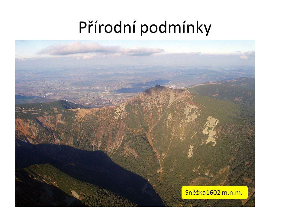 Přírodní podmínky Na severu a severovýchodě se rozkládají pohoří Krkonoše a Orlické hory, které na jihu a jihozápadě přecházejí do úrodné Polabské nížiny.