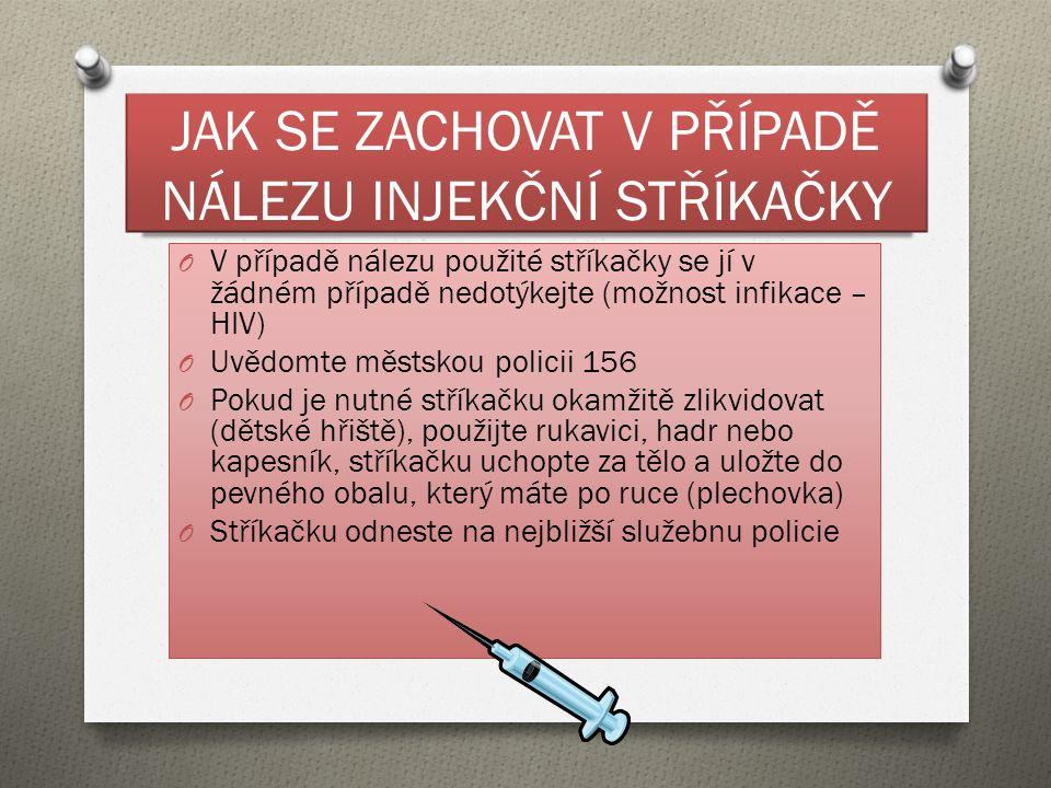 JAK SE ZACHOVAT V PŘÍPADĚ NÁLEZU INJEKČNÍ STŘÍKAČKY O V případě nálezu použité stříkačky se jí v žádném případě nedotýkejte (možnost infikace – HIV) O Uvědomte městskou policii 156 O Pokud je nutné stříkačku okamžitě zlikvidovat (dětské hřiště), použijte rukavici, hadr nebo kapesník, stříkačku uchopte za tělo a uložte do pevného obalu, který máte po ruce (plechovka) O Stříkačku odneste na nejbližší služebnu policie