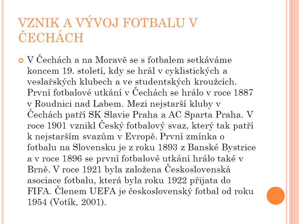 VZNIK A VÝVOJ FOTBALU V ČECHÁCH V Čechách a na Moravě se s fotbalem setkáváme koncem 19. století, kdy se hrál v cyklistických a veslařských klubech a