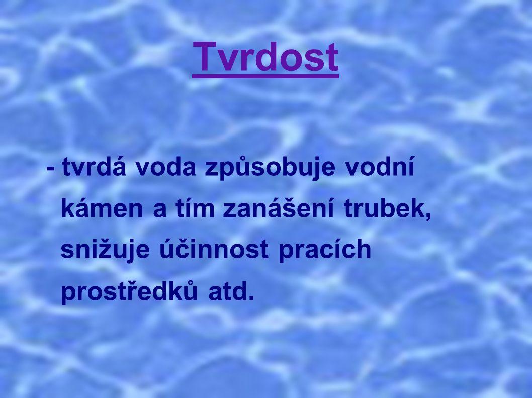 Tvrdost - tvrdá voda způsobuje vodní kámen a tím zanášení trubek, snižuje účinnost pracích prostředků atd.