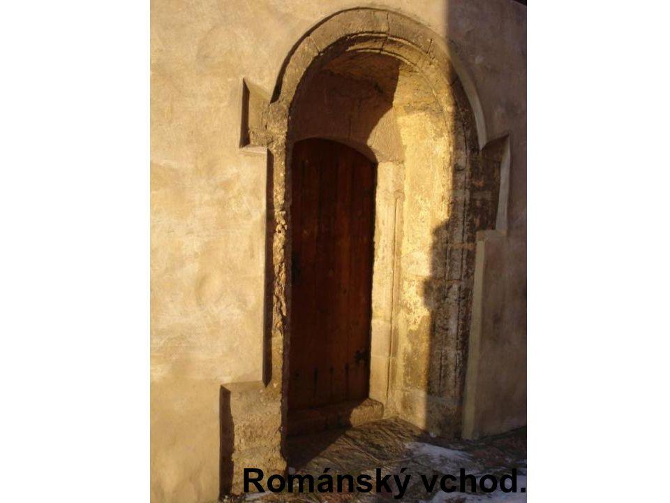 Románský vchod.