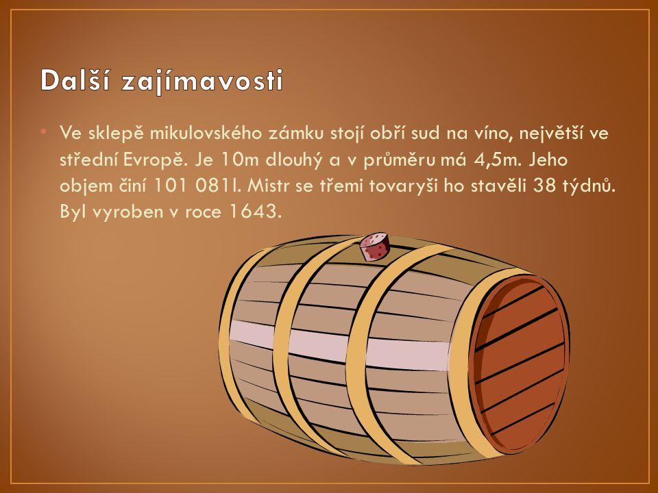 Ve sklepě mikulovského zámku stojí obří sud na víno, největší ve střední Evropě.
