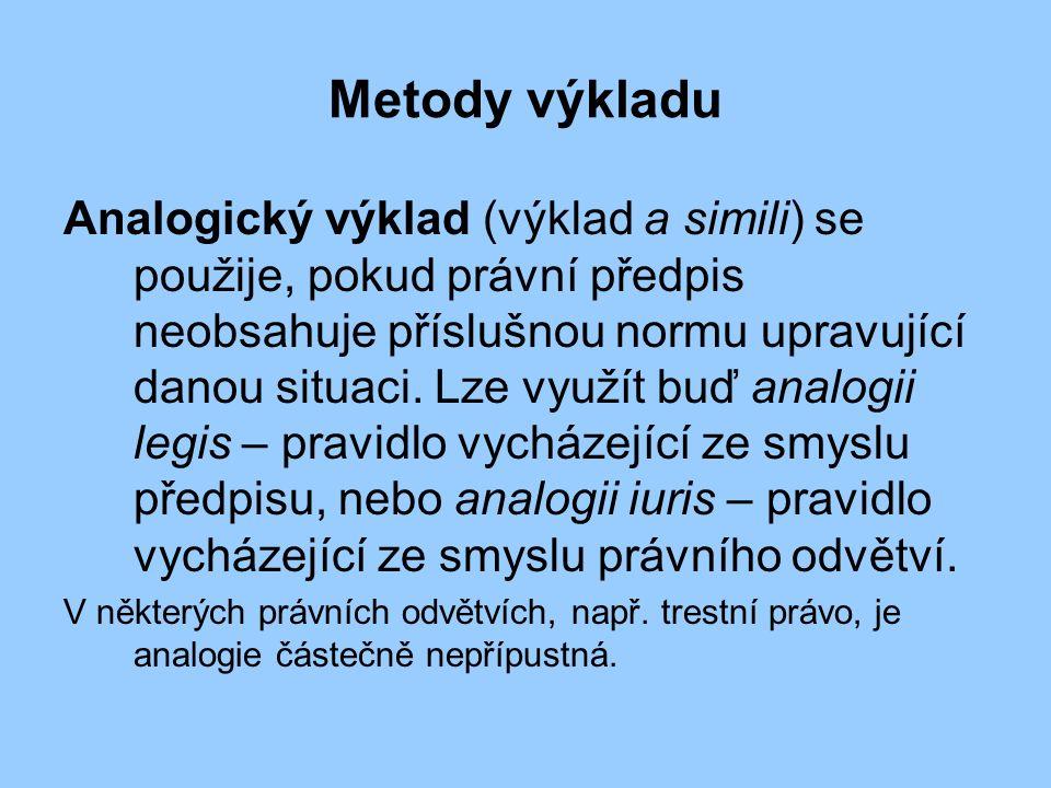 Metody výkladu Analogický výklad (výklad a simili) se použije, pokud právní předpis neobsahuje příslušnou normu upravující danou situaci.