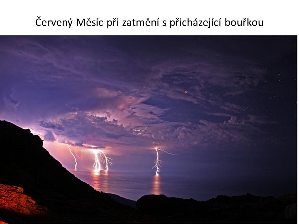 Červený Měsíc při zatmění s přicházející bouřkou