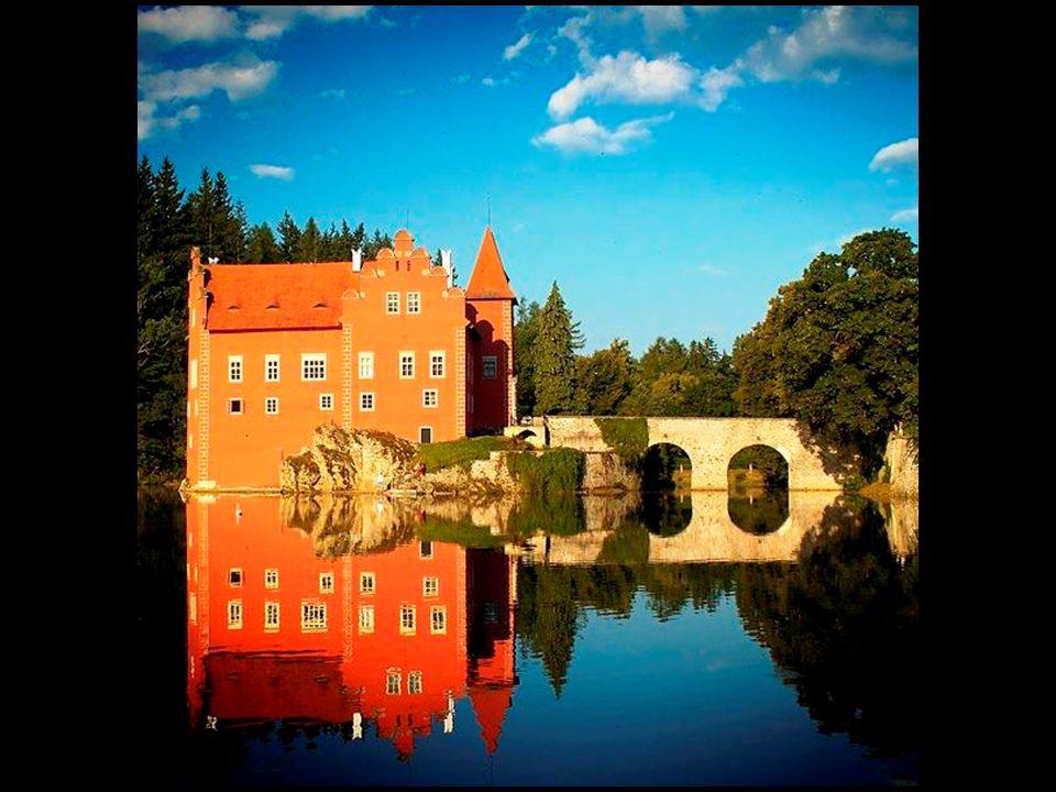 Zámek Červená Lhota se nachází v Jižních Čechách asi 20 km na SZ od města Jindřichův Hradec
