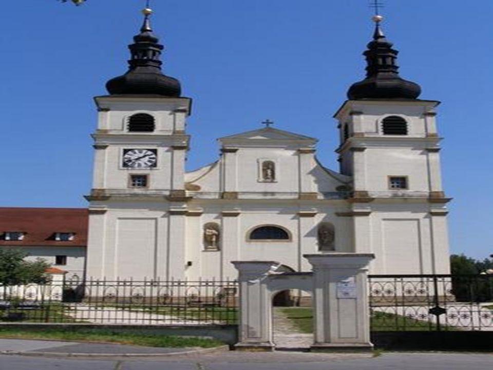  Trojlodní chrám Neposkvrněného početí Panny Marie představuje barokní architekturu.