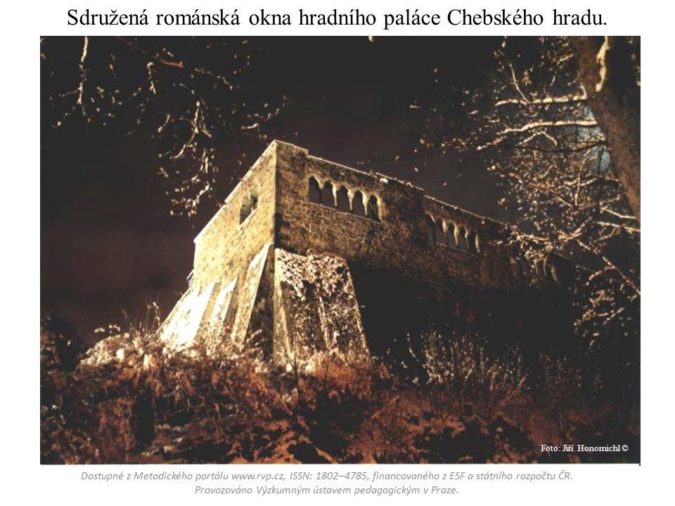 Sdružená románská okna hradního paláce Chebského hradu.