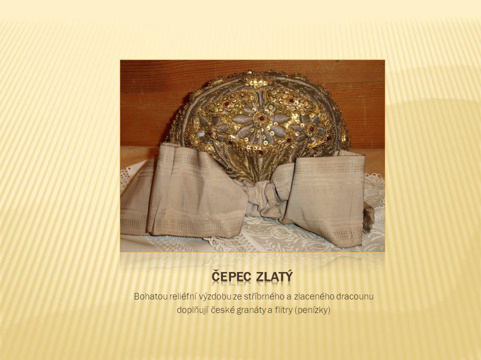 Unikátní datovaná památka s bohatou renesanční dracounovou výšivkou. Žel, původ čepečku není známý