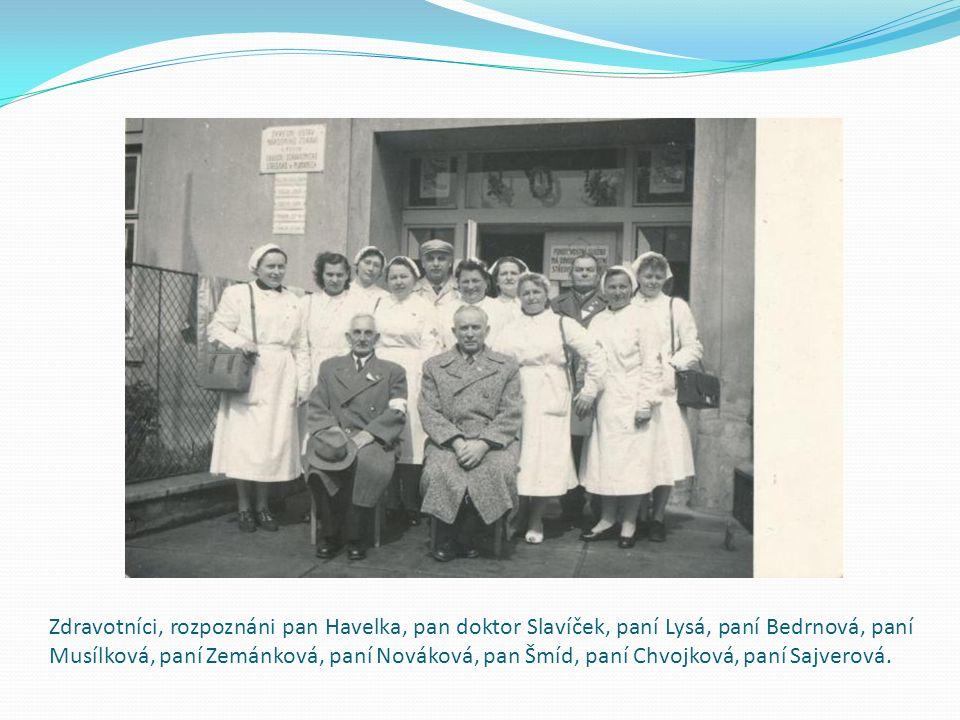 Zdravotníci, rozpoznáni pan Havelka, pan doktor Slavíček, paní Lysá, paní Bedrnová, paní Musílková, paní Zemánková, paní Nováková, pan Šmíd, paní Chvojková, paní Sajverová.