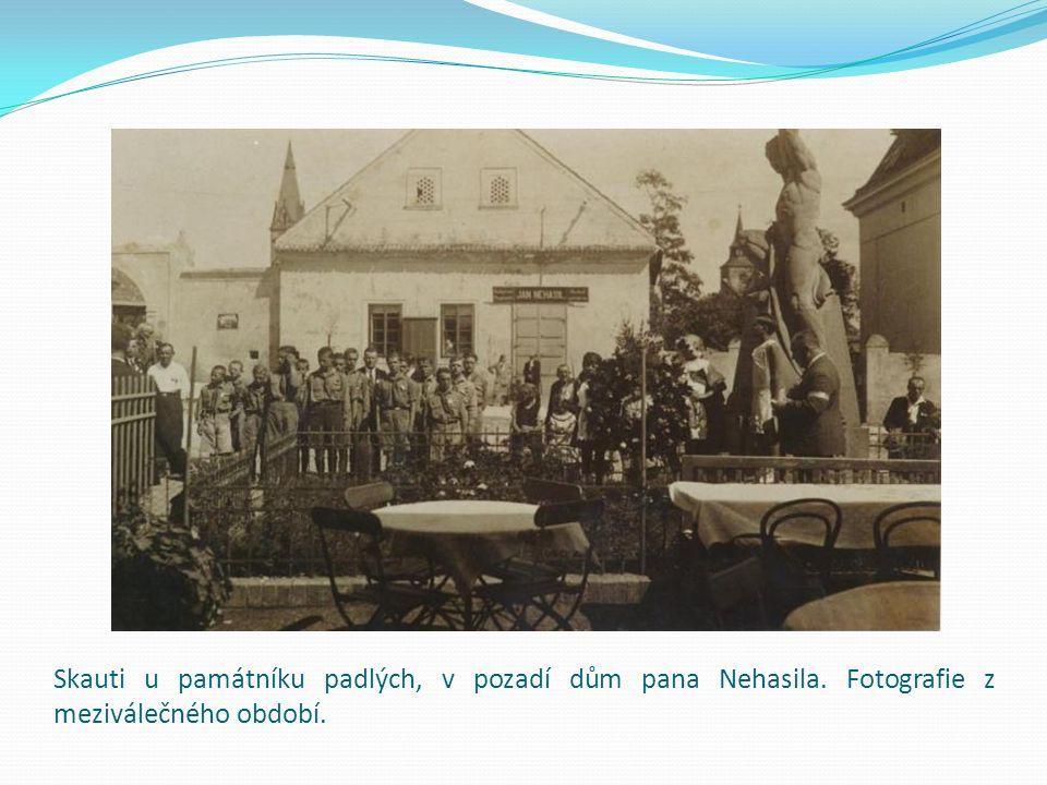 Skauti u památníku padlých, v pozadí dům pana Nehasila. Fotografie z meziválečného období.