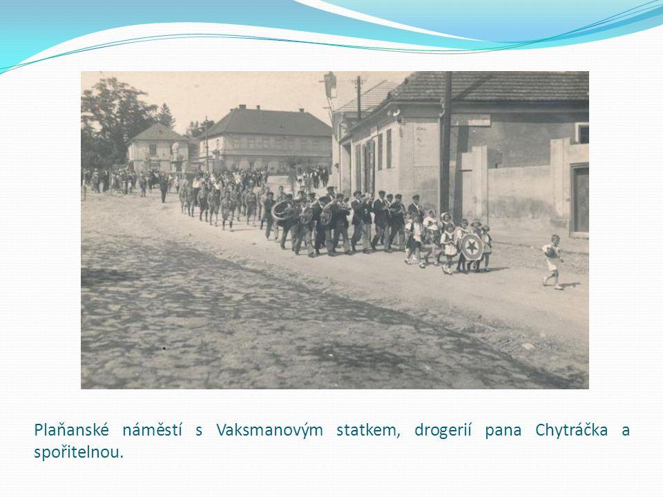Plaňanské náměstí s Vaksmanovým statkem, drogerií pana Chytráčka a spořitelnou.