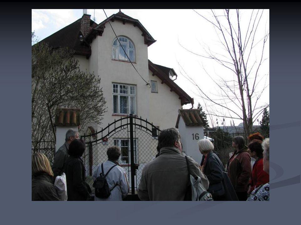 Domek přivezený z pražské výstavy s podivnou moderní přístavbou.