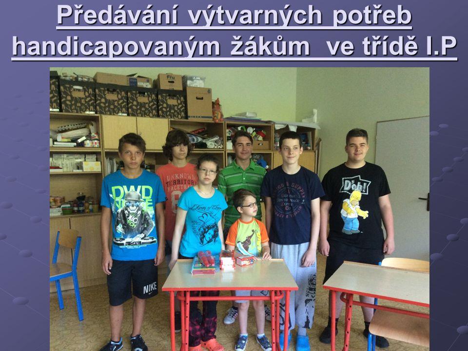 Předávání výtvarných potřeb handicapovaným žákům ve třídě I.P