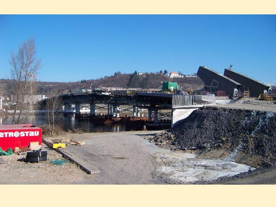 Stavitelé mostu v řece vztyčili několik pilířů, na ně pomocí silných lisů z holešovické strany sunuli rychlostí 16 metrů denně ocelovou konstrukci