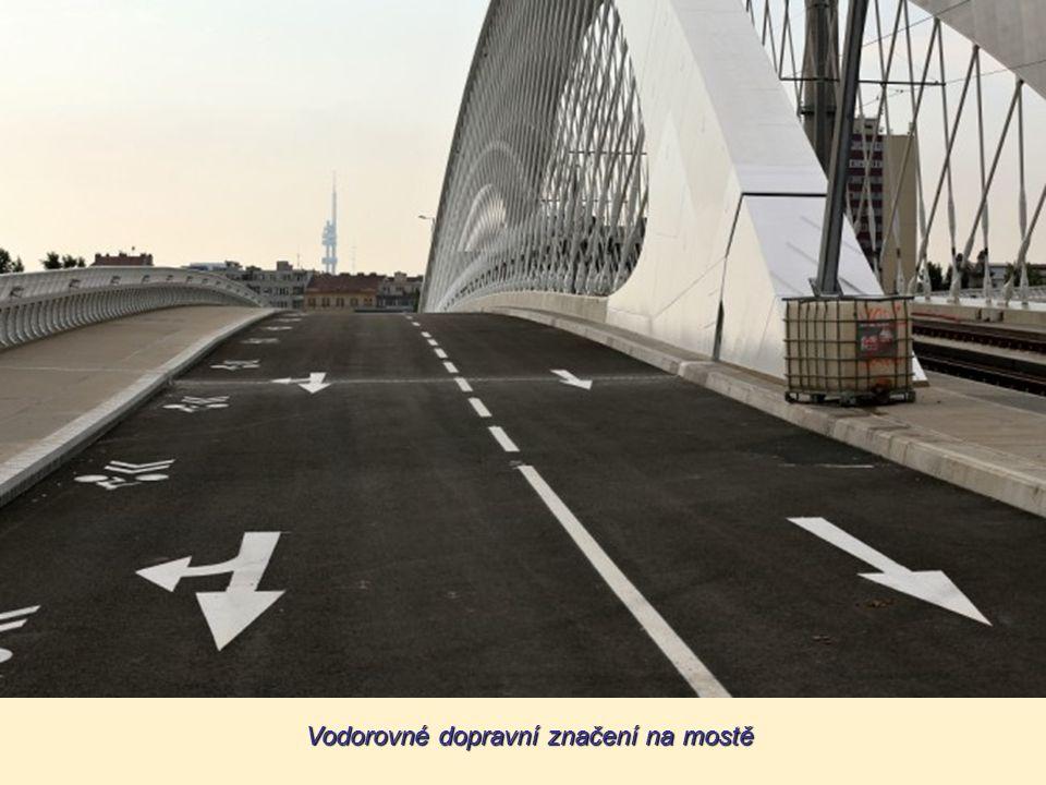 Vodorovné dopravní značení na mostě