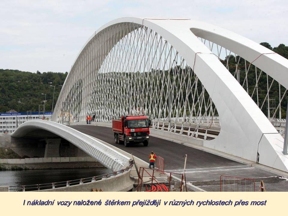 Tramvaje 15T najíždějí na most v různých rychlostech, brzdí a znovu se rozjíždějí