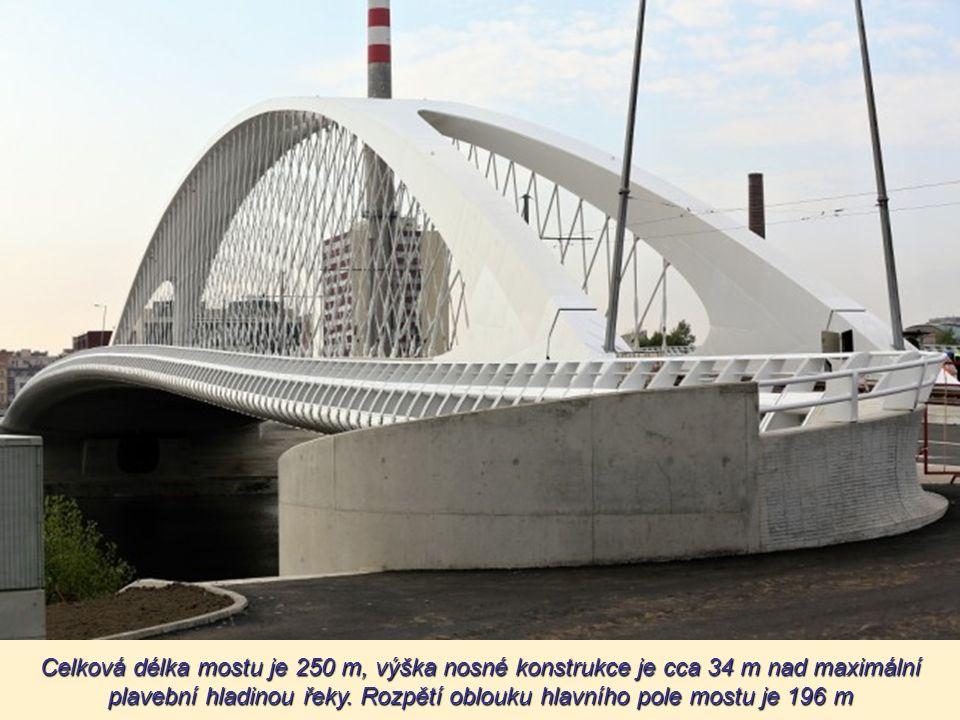 I n ákladní vozy naložené štěrkem přejížd ějí v různých rychlostech přes most