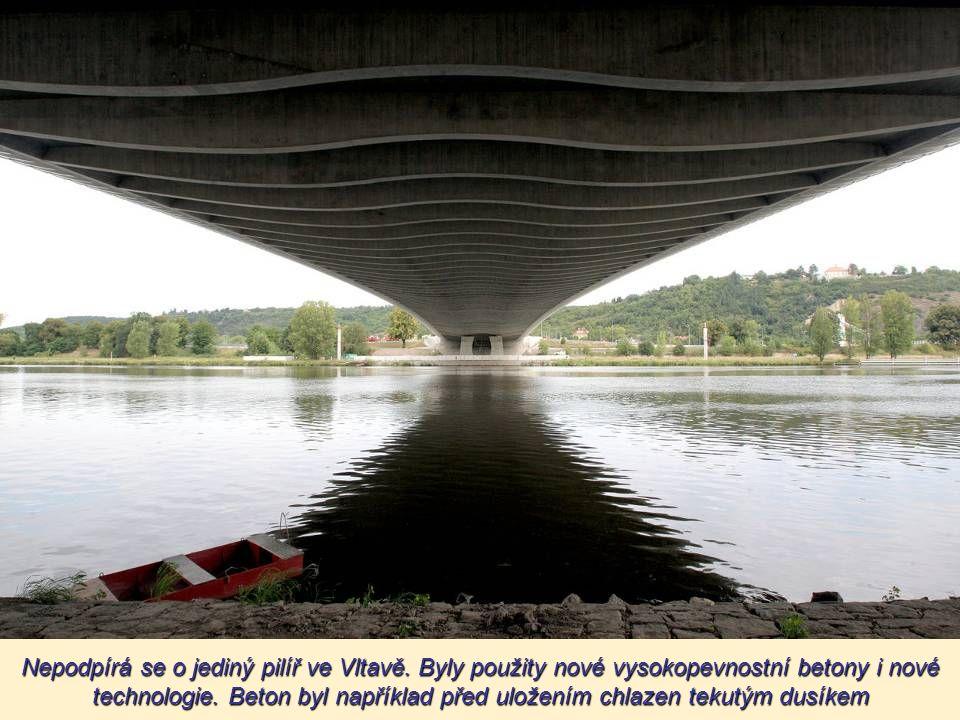 Most je vybudován z vysokohodnotných betonů, které umožnily vytvořit subtilní konstrukci bez opory Most je vybudován z vysokohodnotných betonů, které
