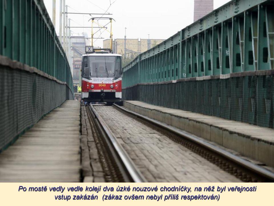 """Trojský tramvajový most, přezdívaný """"Rámusák"""", bylo dlouhodobé mostní provizorium, jež v letech 1981–2013 převádělo přes Vltavu pražskou tramvajovou t"""