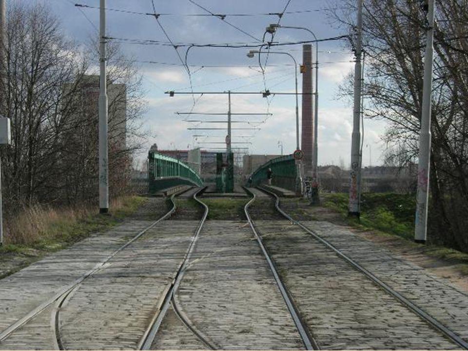 Po mostě vedly vedle kolejí dva úzké nouzové chodníčky, na něž byl veřejnosti vstup zakázán (zákaz ovšem nebyl příliš respektován)