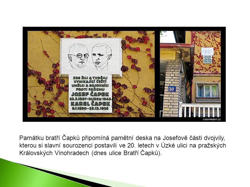 Památku bratří Čapků připomíná pamětní deska na Josefově části dvojvily, kterou si slavní sourozenci postavili ve 20.