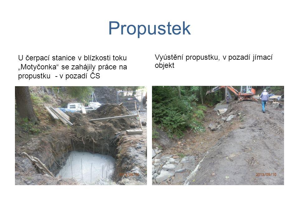 """Propustek U čerpací stanice v blízkosti toku """"Motyčonka"""" se zahájily práce na propustku - v pozadí ČS Vyústění propustku, v pozadí jímací objekt"""