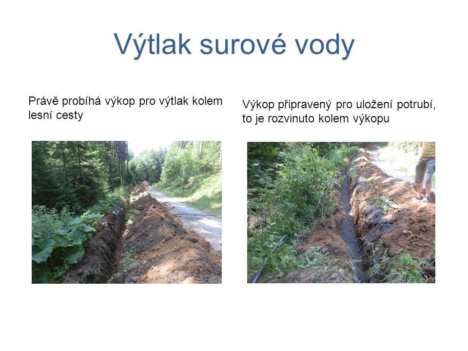 Výtlak surové vody Právě probíhá výkop pro výtlak kolem lesní cesty Výkop připravený pro uložení potrubí, to je rozvinuto kolem výkopu