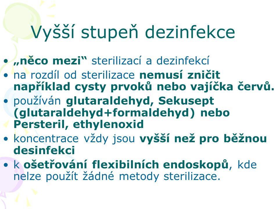 """Vyšší stupeň dezinfekce """"něco mezi"""" sterilizací a dezinfekcí na rozdíl od sterilizace nemusí zničit například cysty prvoků nebo vajíčka červů. používá"""