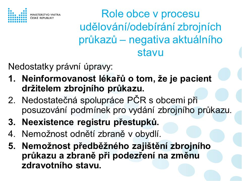 Role obce v procesu udělování/odebírání zbrojních průkazů – negativa aktuálního stavu Nedostatky právní úpravy: 1.Neinformovanost lékařů o tom, že je pacient držitelem zbrojního průkazu.
