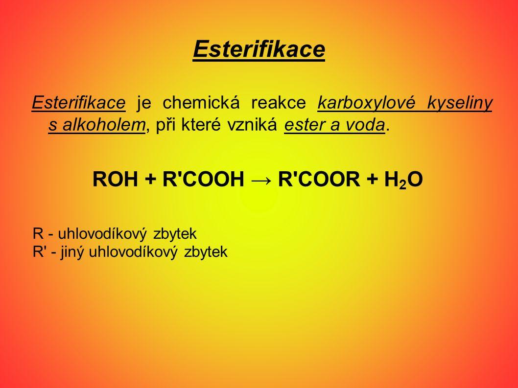 Esterifikace Esterifikace je chemická reakce karboxylové kyseliny s alkoholem, při které vzniká ester a voda. ROH + R'COOH → R'COOR + H 2 O R - uhlovo