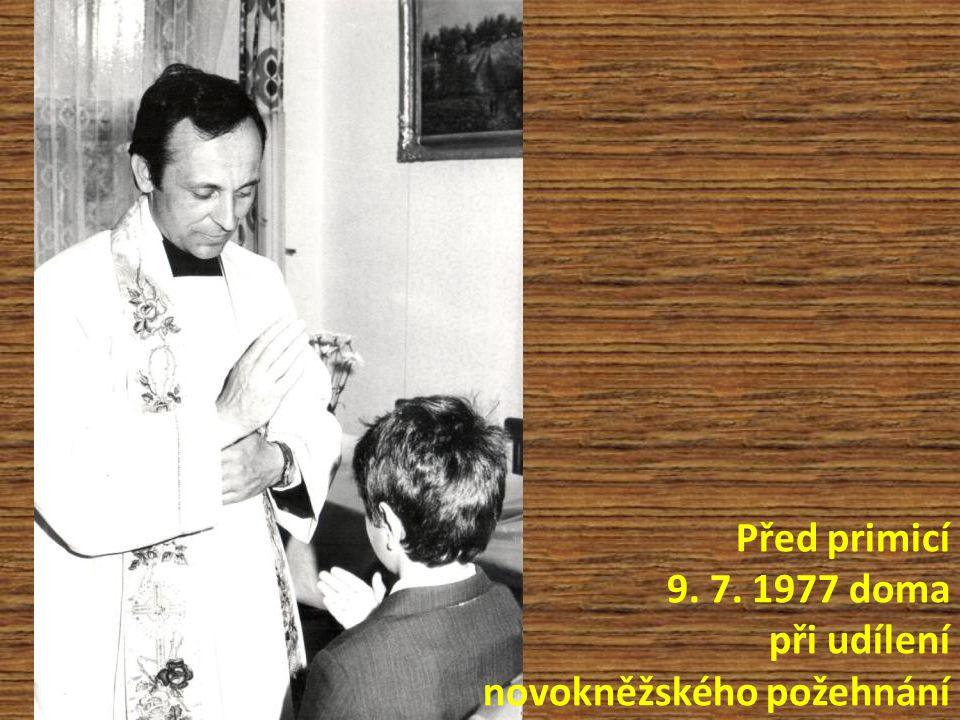 Před primicí 9. 7. 1977 doma při udílení novokněžského požehnání