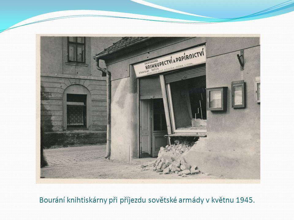 Bourání knihtiskárny při příjezdu sovětské armády v květnu 1945.