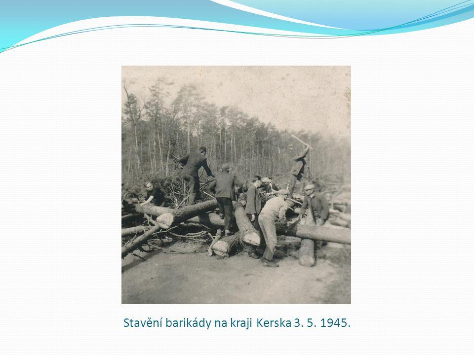 Stavění barikády na kraji Kerska 3. 5. 1945.