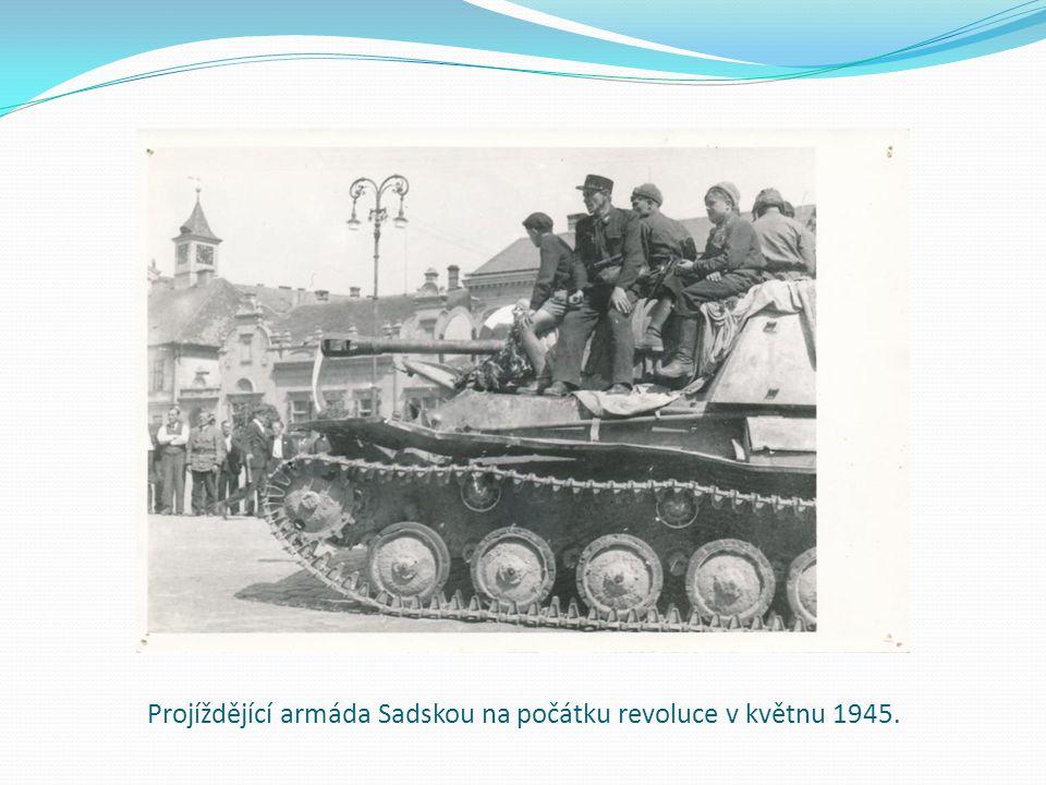 Projíždějící armáda Sadskou na počátku revoluce v květnu 1945.