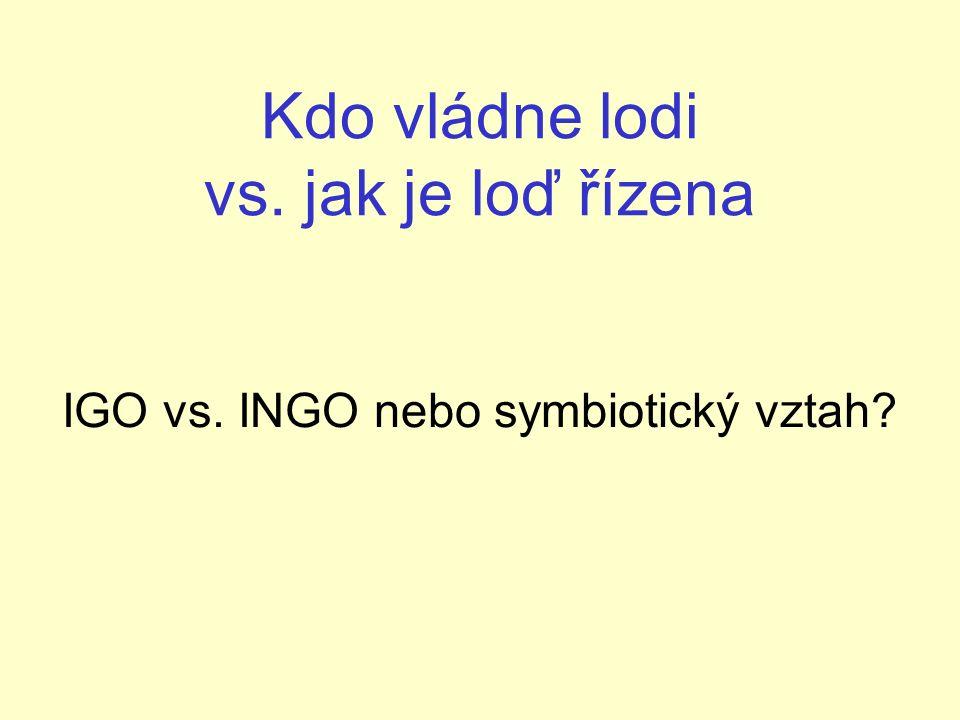 Kdo vládne lodi vs. jak je loď řízena IGO vs. INGO nebo symbiotický vztah