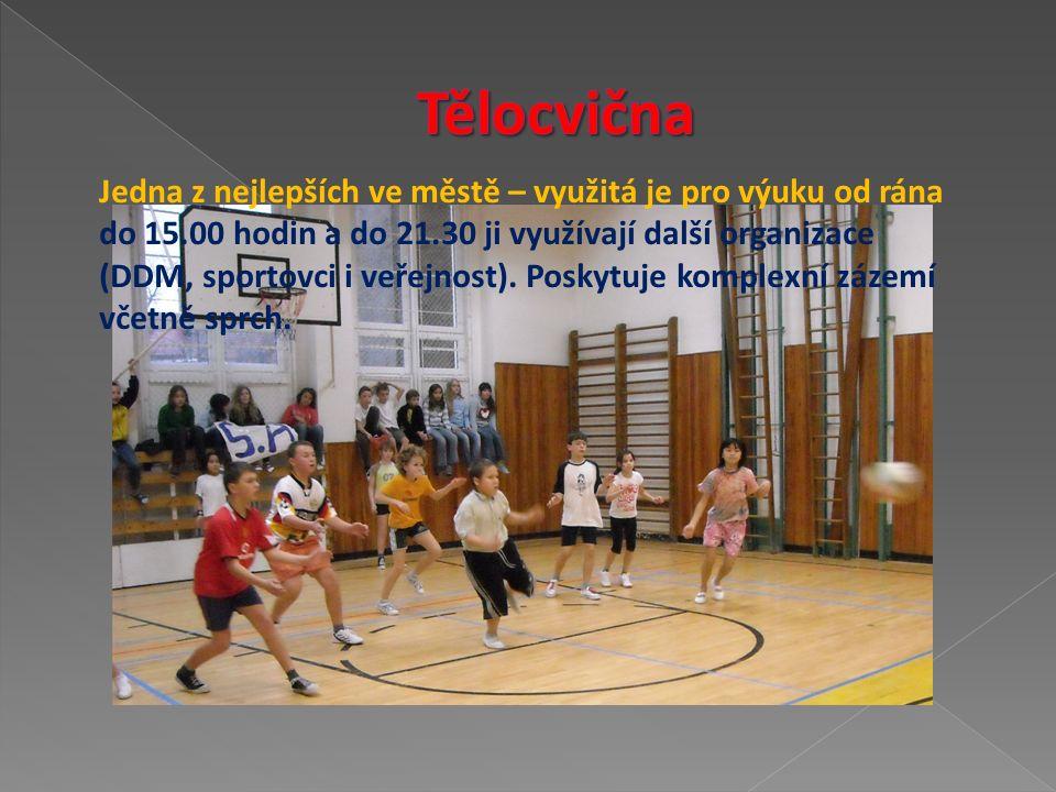 Jedna z nejlepších ve městě – využitá je pro výuku od rána do 15.00 hodin a do 21.30 ji využívají další organizace (DDM, sportovci i veřejnost).