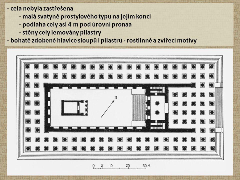 - cela nebyla zastřešena - malá svatyně prostylového typu na jejím konci - podlaha cely asi 4 m pod úrovní pronaa - stěny cely lemovány pilastry - bohatě zdobené hlavice sloupů i pilastrů - rostlinné a zvířecí motivy