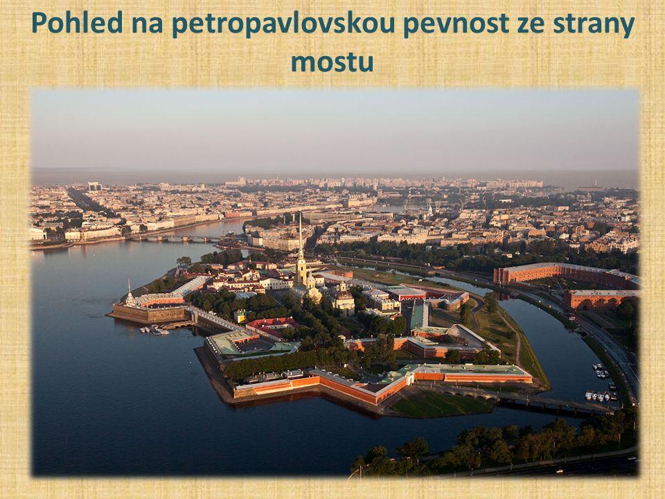 Pohled na petropavlovskou pevnost ze strany mostu