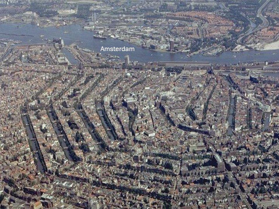 Amsterdamské vodní kanály slouží jako významná dopravní tepna po Amsterdamu.