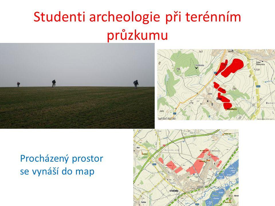Studenti archeologie při terénním průzkumu Procházený prostor se vynáší do map