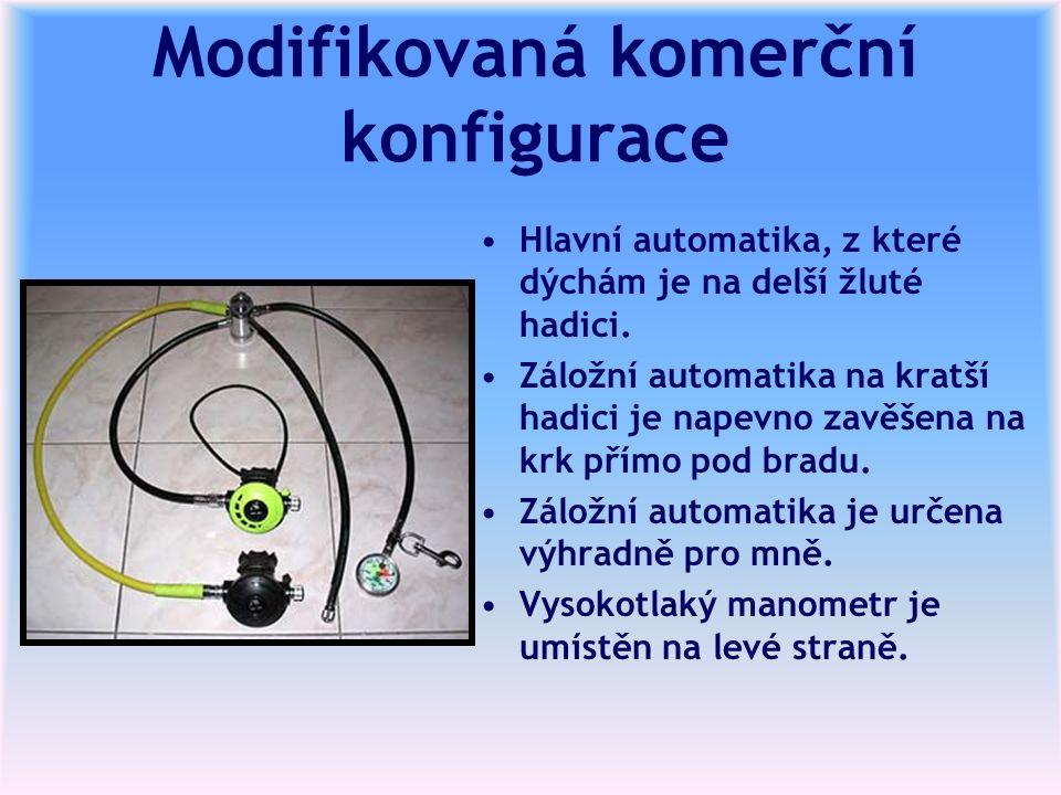 Modifikovaná komerční konfigurace Hlavní automatika, z které dýchám je na delší žluté hadici. Záložní automatika na kratší hadici je napevno zavěšena