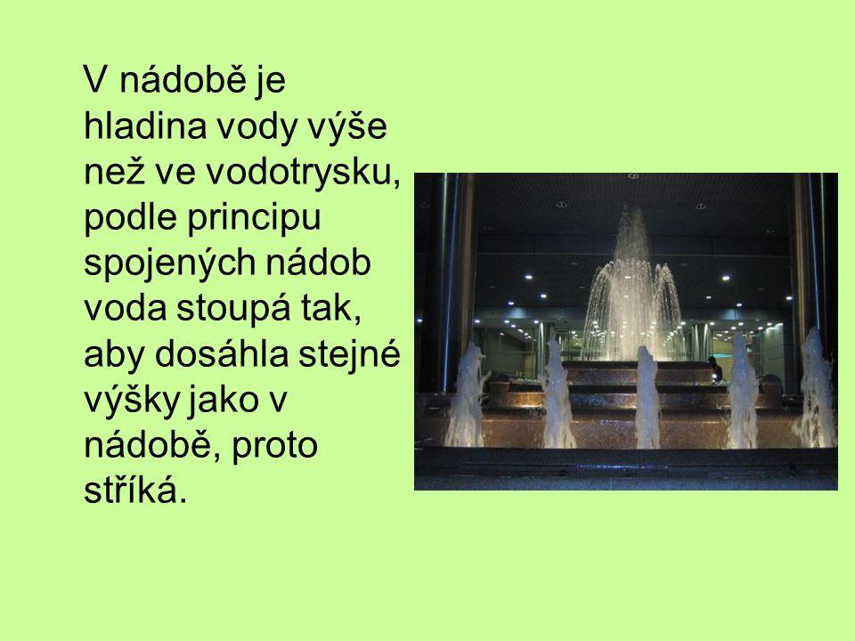 V nádobě je hladina vody výše než ve vodotrysku, podle principu spojených nádob voda stoupá tak, aby dosáhla stejné výšky jako v nádobě, proto stříká.