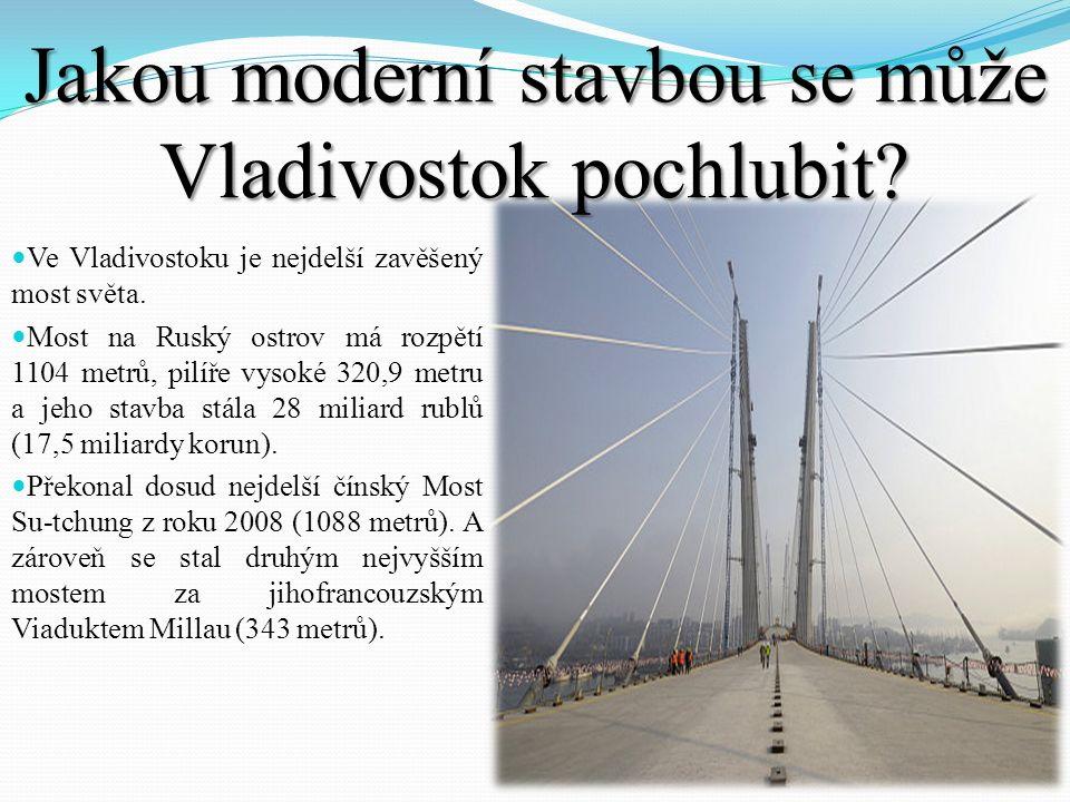Jakou moderní stavbou se může Vladivostok pochlubit? Ve Vladivostoku je nejdelší zavěšený most světa. Most na Ruský ostrov má rozpětí 1104 metrů, pilí
