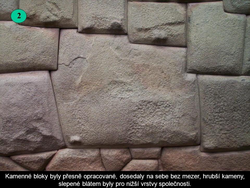 Tyto kamenné zdi jsou původní hradby z paláce Inků.